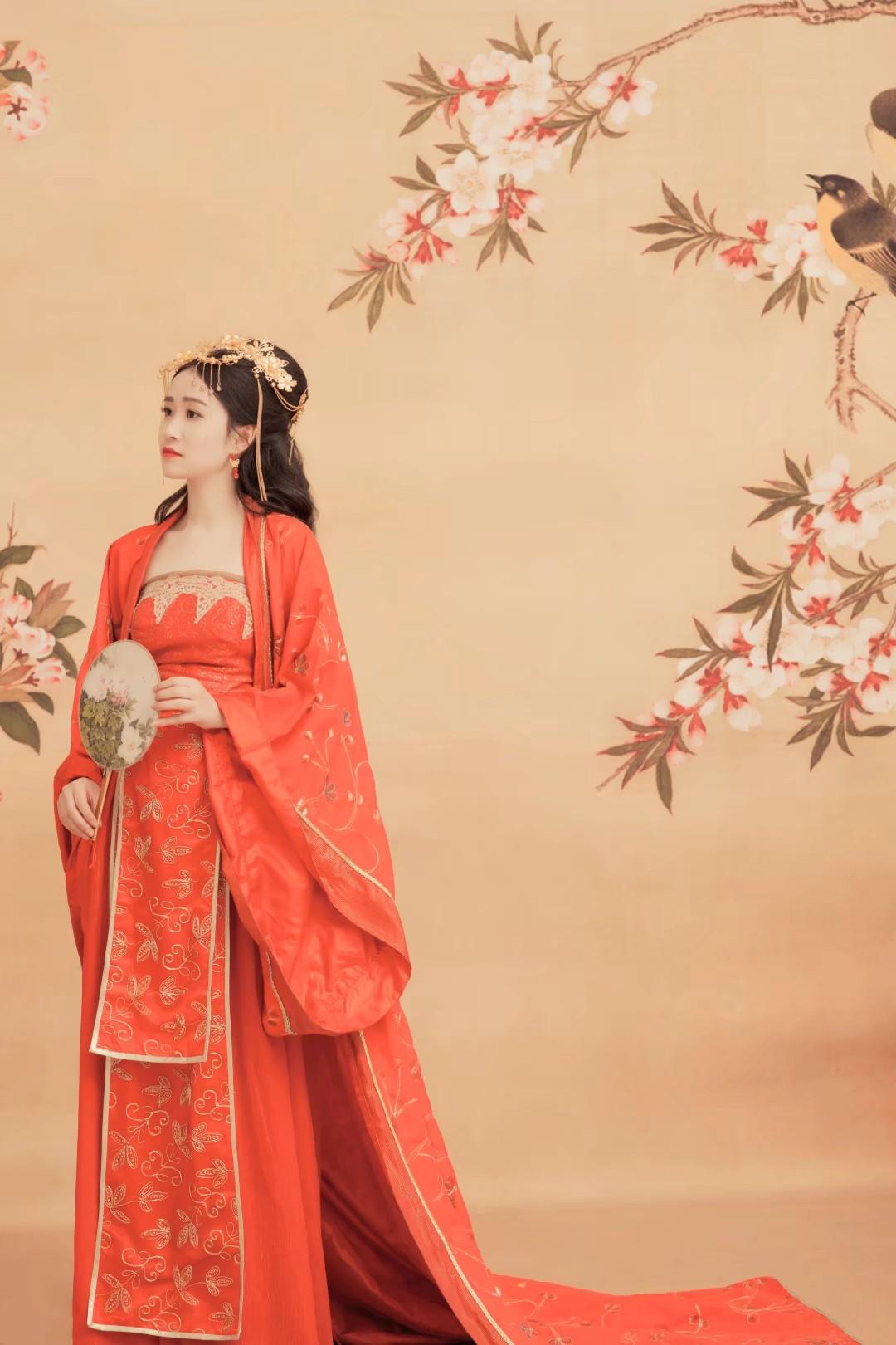 #古装美女#第一次穿古装拍照 也太好看了吧!!!!!衣服真的是美的没话说 好想回到古代啊!!!!尤其是大红色的衣服,感觉自己要结婚啦!!!!以后要再穿些汉服拍照,美啊!!!!!