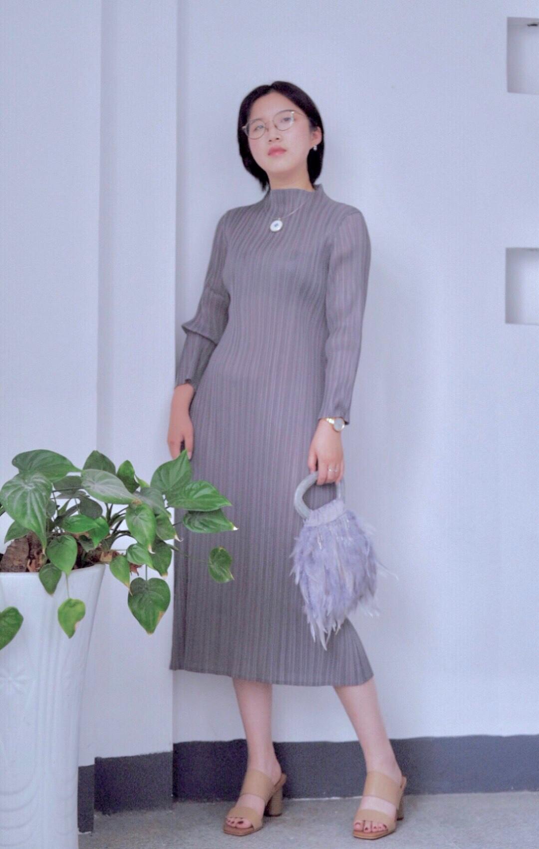 #50°甜裸色少女,直男杀!#  今天是太太的look 最近很流行的三宅褶皱连衣裙 很少有灰色的衣服 于是这次尝试了一下灰色 面料很服帖显身材 羽毛包包晚宴包配青花瓷项链 有一点中式的优雅 也可以出席日常的活动