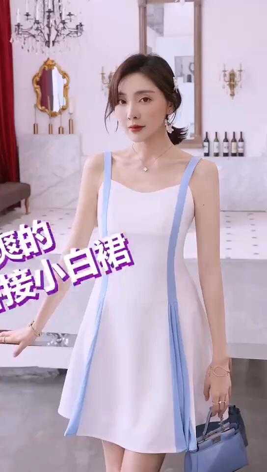#30℃入夏甜心清凉穿搭#  清新的蓝白拼接,很适合清爽的夏日~ 吊带设计,炒鸡可爱~ 小A裙摆,显瘦又显高~~~ 很适合小个子穿着呦😄