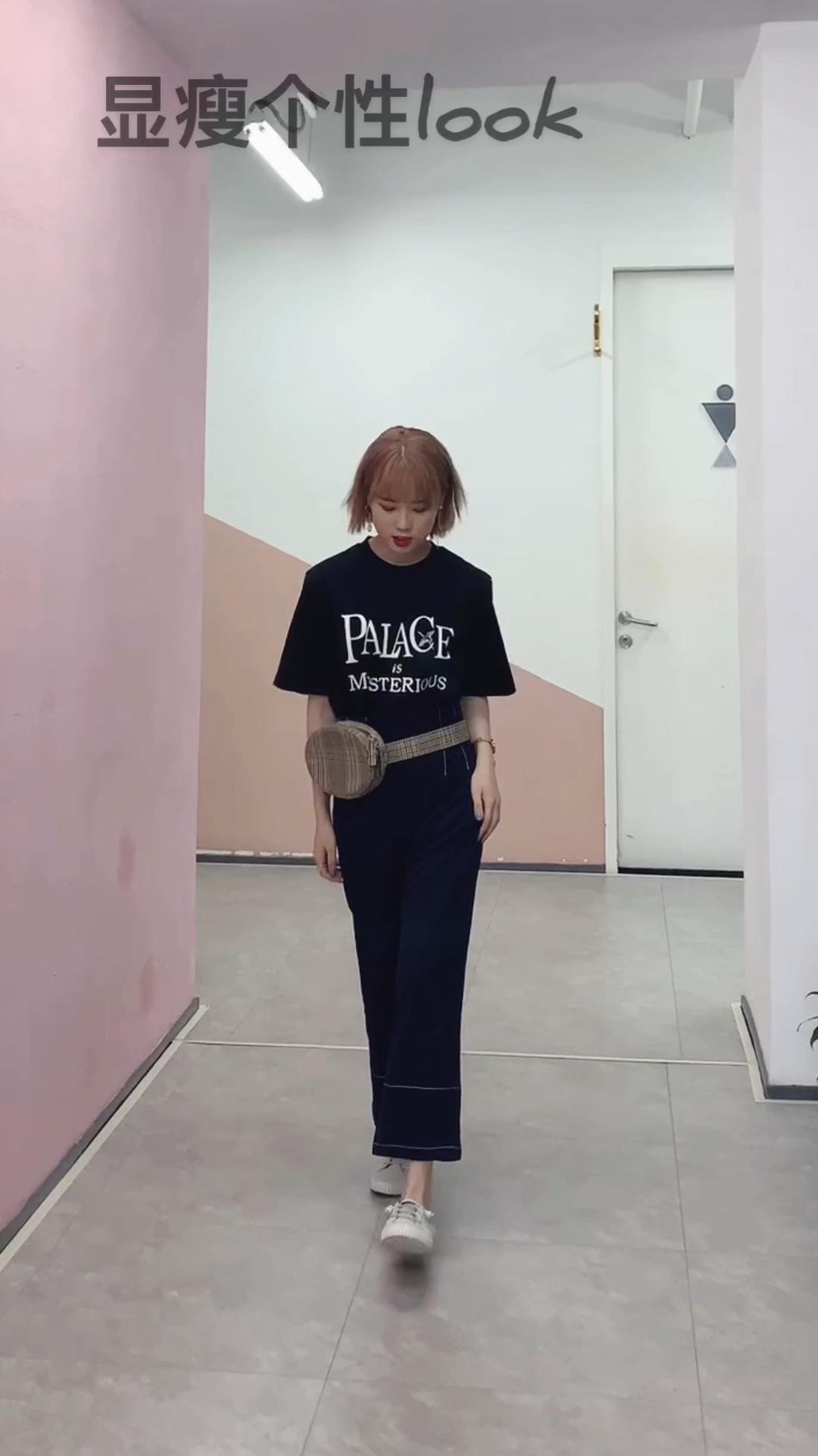 —look—  这件T恤我超爱的 经典的黑白字母T 搭配了深蓝色的阔腿裤 微胖女孩这样穿还能遮肉显瘦 整体的搭配亮点在于腰包 让整身look具有个性~ #蘑菇街新品测评#