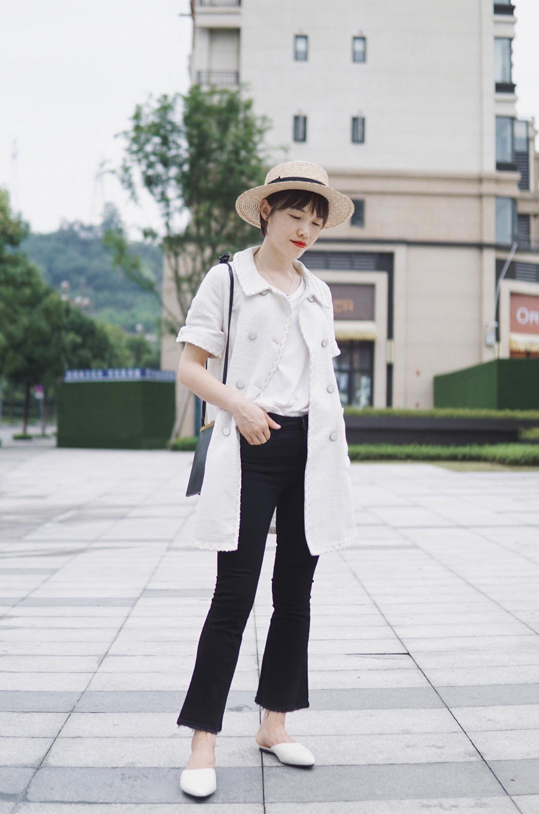 #矮个腿粗没救了?并不!# 这套经典的黑白配色,小香风的连衣裙解开扣子又可以做小外搭,长度刚好遮住屁屁,很适合梨形身材的妹子啦!