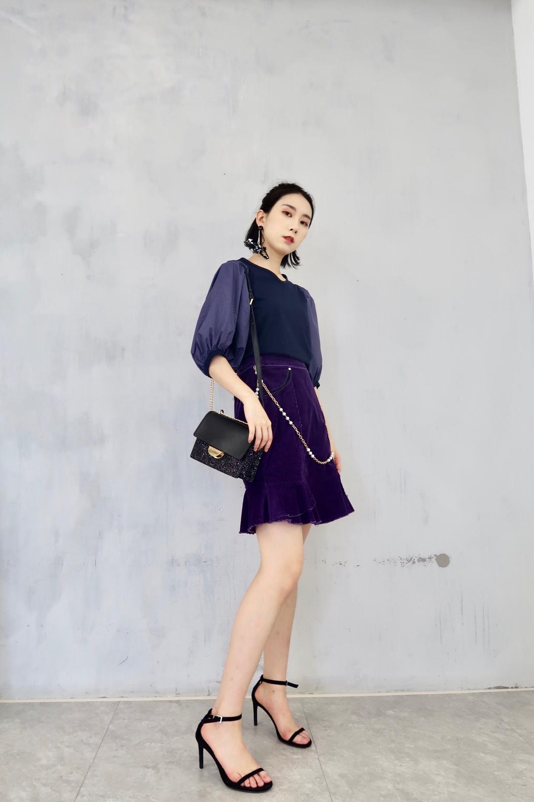 #韩系小姐姐这样穿不出错# 好韩的一套look 紫色系相当亮眼 化身有钱人家的腹黑千金 灯笼袖设计感很强 超级能遮肉 最爱短裙的灯芯绒面料 相当舒服特别哟