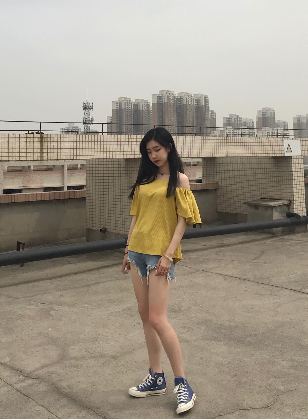 #夏日水果色上身,我超甜#  吹爆这件黄色漏肩👕上衣啦~ 超显白好看👍 皮卡丘同款黄,真的很显白啦❤️ 整件衣服虽然加有漏肩设计,但整体风格还是很可爱哒! 版型和衣长真的很遮肉了!藏肉显高喔👍 衣服本身带有条纹,近看也好看的,不单调喔~ 搭配炫雅同款短裤!真的很显腿长的喔 选择一双帆布搭配起来就很清纯可爱啦