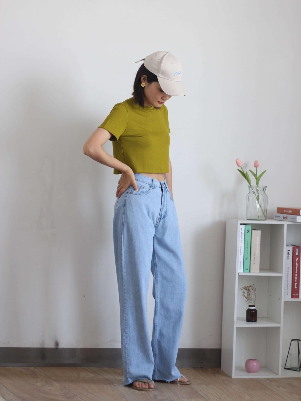 #撕漫少女就应该这样穿!#露脐的t恤,配上拖地牛奶,有没有一点点性感!t恤的颜色很亮眼,果绿色,夏天穿很吸睛,料子也很舒服。这条牛仔裤也是我重点推荐的,柔软显瘦,真的很好穿。