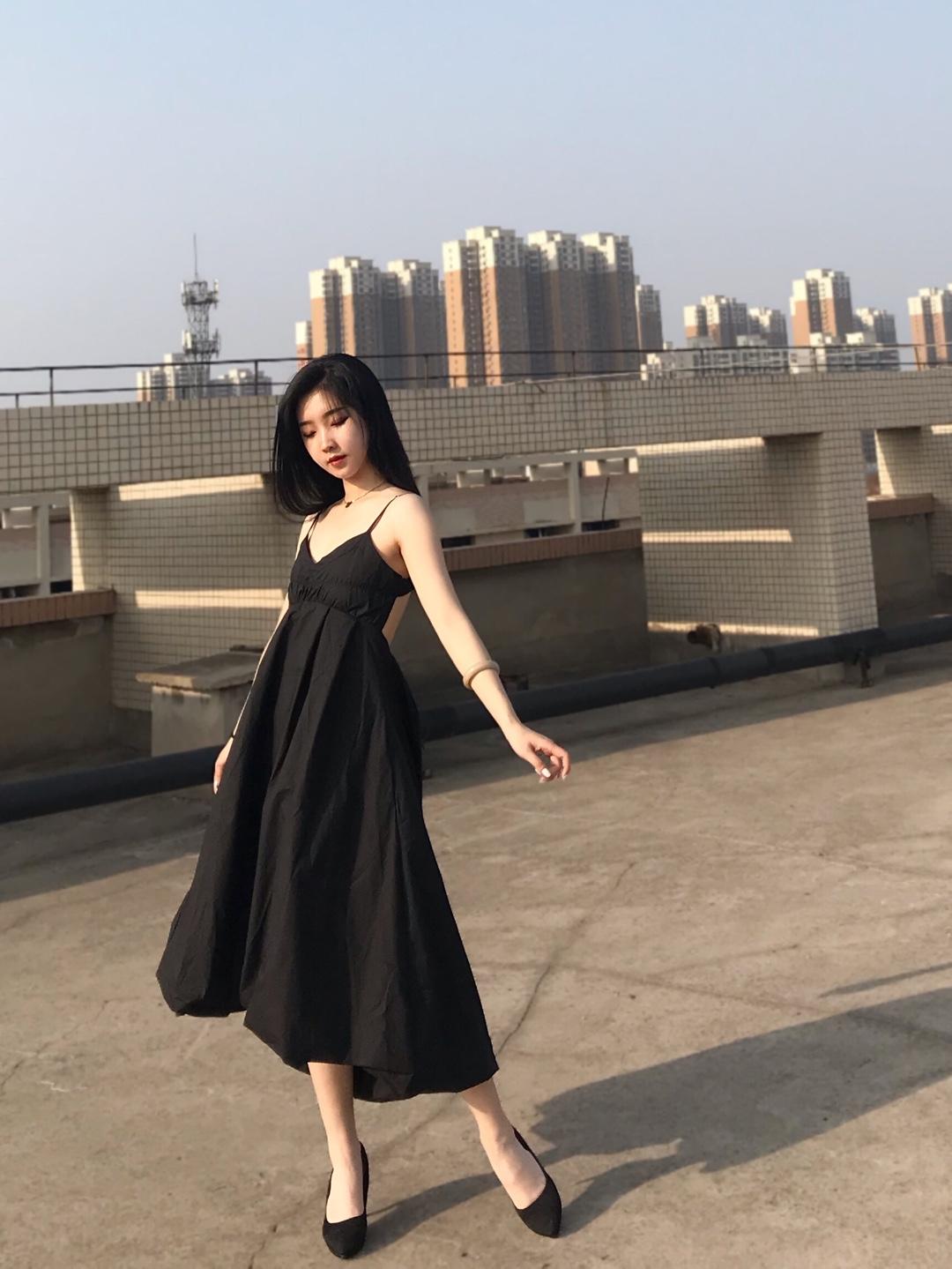 #在线解答见初恋怎么穿#  小黑裙/仙女裙LOOK 小黑裙算是女孩儿衣柜里必不可少的单品了🆒 这件露背的小黑裙,出街很吸睛了,带有一点小性感。 细的肩带和裙子的长度都很显瘦啦~ 刚好漏出最细的脚腕。再搭配一双黑色高跟鞋!简直完爆路人穿搭!👍👍