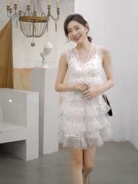 #下凡辛苦了,仙女裙一秒回仙境#  俏皮可爱的波点蛋糕裙🌹 ^_^V领设计,显瘦修身,很适合约会日常穿着~~~~