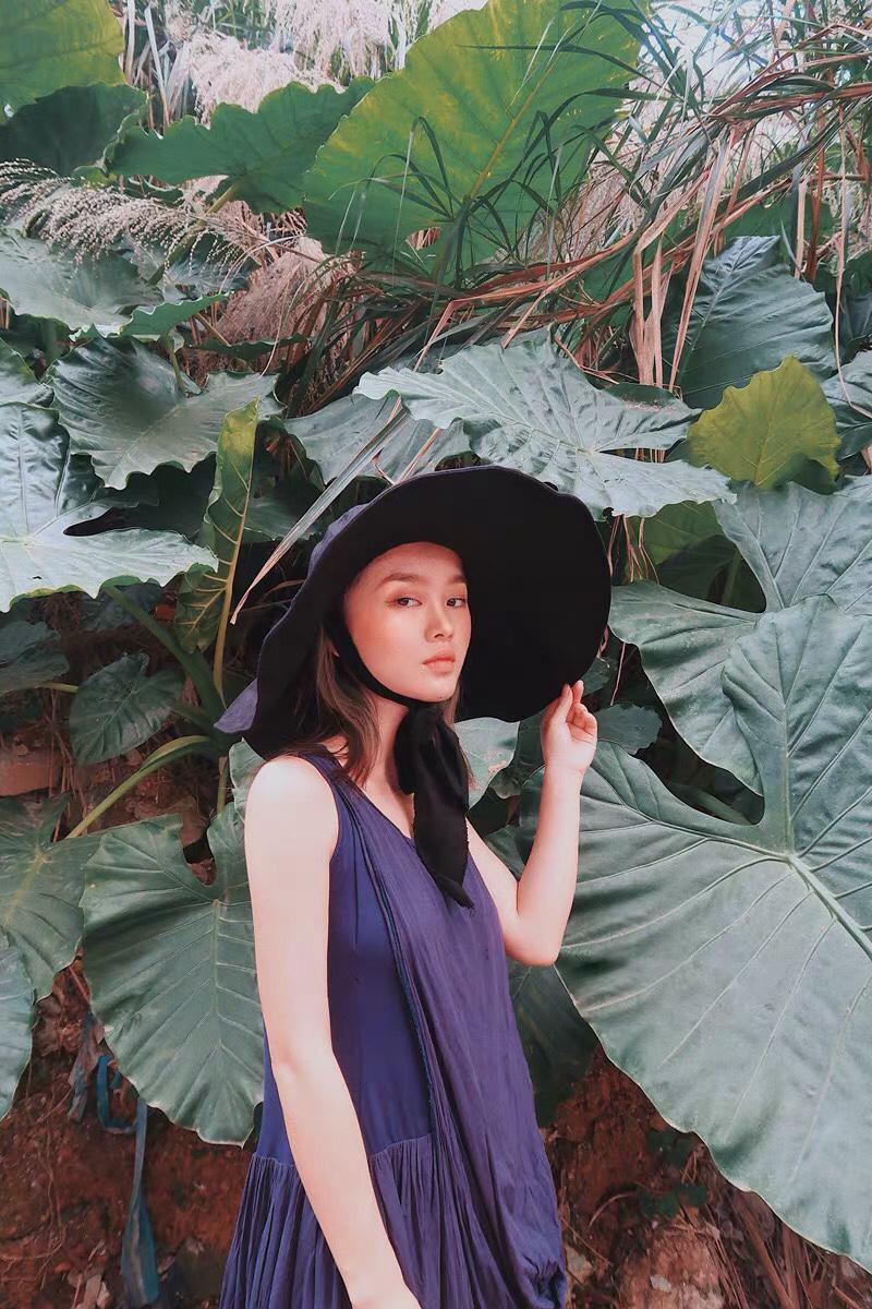 #这个夏天,穿成地中海盐系女孩# 偏深的蓝色给人的感觉沉静,执着,有内涵。如果肤色浅黄,可以尝试藏蓝色系的服装。再搭配的时候,选择黑色或白色的单品,比如鞋子,外套,帽子,都可以选用黑白。这个夏天,做独一无二的你!