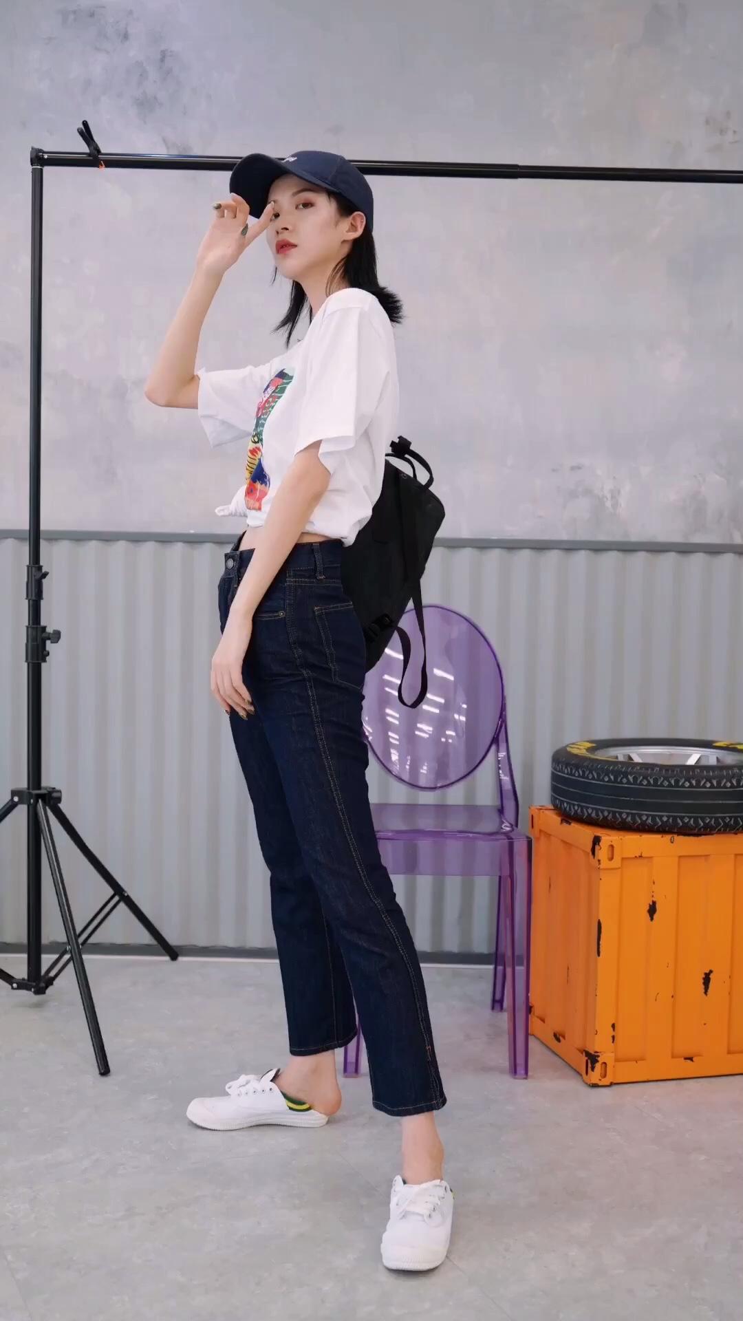 #蘑菇街新品测评#这次新品中本命爱的高腰牛仔裤!!深色显瘦,高腰显腿长!!T恤前面的印花好好看~腰间扎个小揪揪,有个性并且拉长腰身~