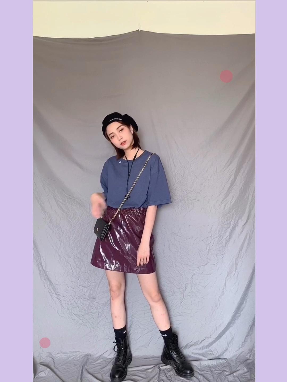 夏天穿一件纯色t恤怎样才不普通呢 搭配漆皮短裙气质马上不一样了 还有帽子肯定不能少哦 穿上马丁靴露出长袜 整体很酷哦 #不p图也能拥有大长腿!#