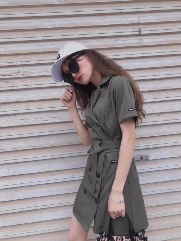 """#降温的中性色""""出道""""了# 军绿色是很酷的!收腰设计超级酷!喜欢军绿色,酷酷哒!衣服质量好,版型正!修身收腰的腰带 很方便!随便搭配一双马丁靴都好看!长短合适 显瘦"""