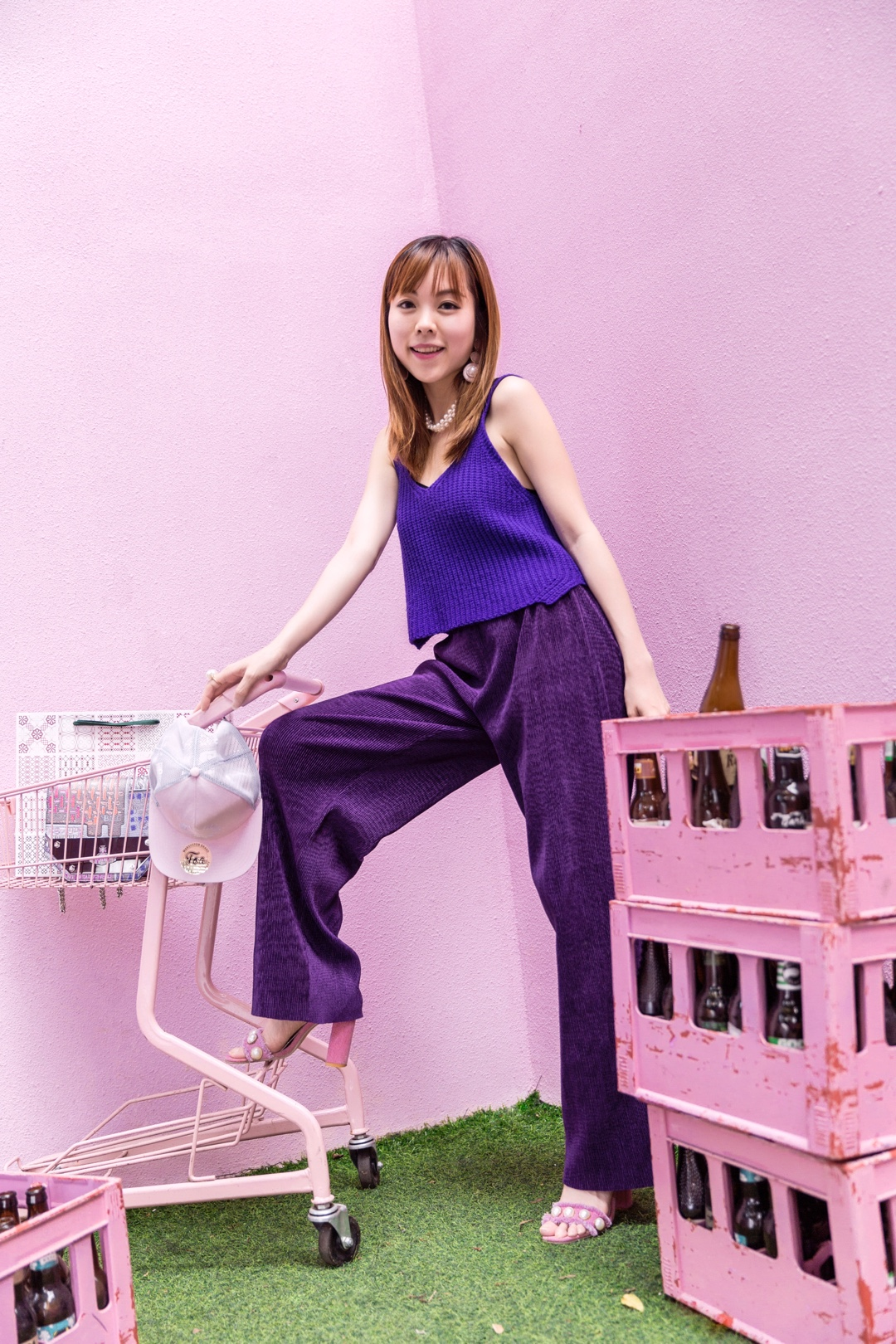 【夏日高饱和】@kymicochan Look86 充满活力的夏日,最适合缤纷靓丽的色彩,高饱和度的衣服是必不可少的造型哦。  特意去了一家网红咖啡厅探店穿搭,选了一套基调紫色的衣服,短背心+阔腿裤,利用紫色浓度的变化营造层次感,而且特显腿长。  加上同色系的viviennewestwood的几何包包(我的最爱),和粉色珍珠凉鞋,既甜美又活力~~  #夏日亮色系怎么穿才好看?#