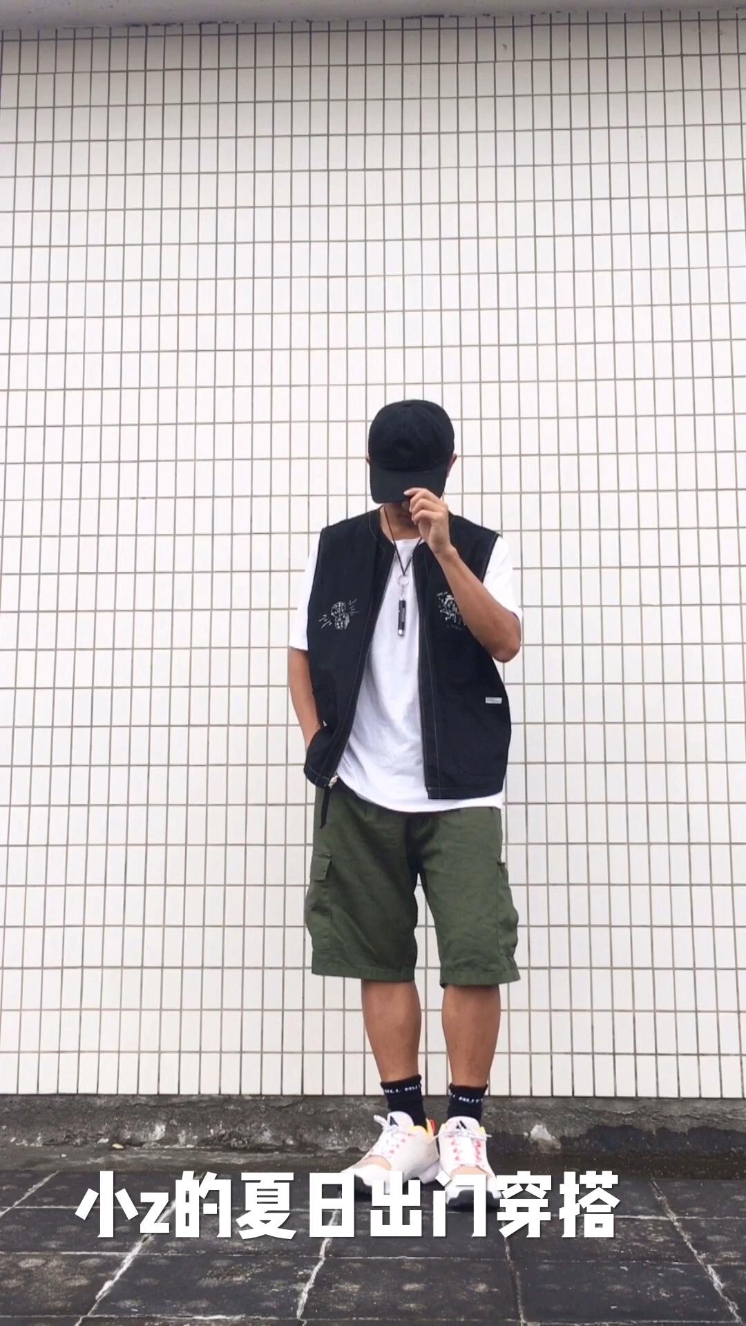 小z的日常穿搭分享 👔:骰子印花黑色主题马甲内搭纯白t桖 👖:军绿工装五分短裤 👟:nike acg登山机能鞋 一组休闲适合出门的夏季清凉穿搭一look,整体给人感觉活力满满,且色系搭配上很舒服,这件黑色马甲个人较为喜欢,印花很有感觉也很好看,鞋子选择了nike的acg系列登山机能鞋,上脚舒适感高,配饰选择reocha的小手电筒作为胸前挂饰,非常好看#在线解答见初恋怎么穿#