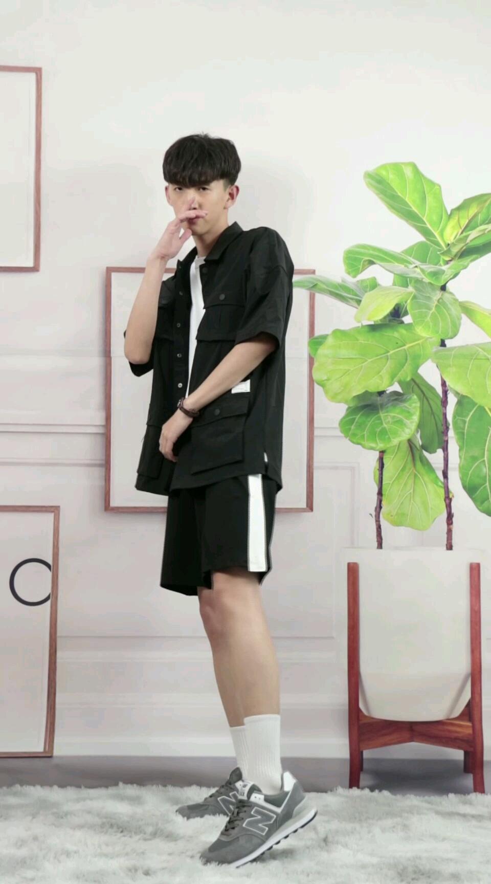 简约的衬衫版型,却给人非常用心的设计感,优质的面料选择,柔软细腻,纹理清晰,上身舒适亲肤,透气自然。短款的版式以及宽松的袖子设计,非常具有工装风格,带来干练帅气。搭配一条撞色,五分短裤,再来一双休闲鞋,瞬间变身潮男。#百搭百搭最百搭!#