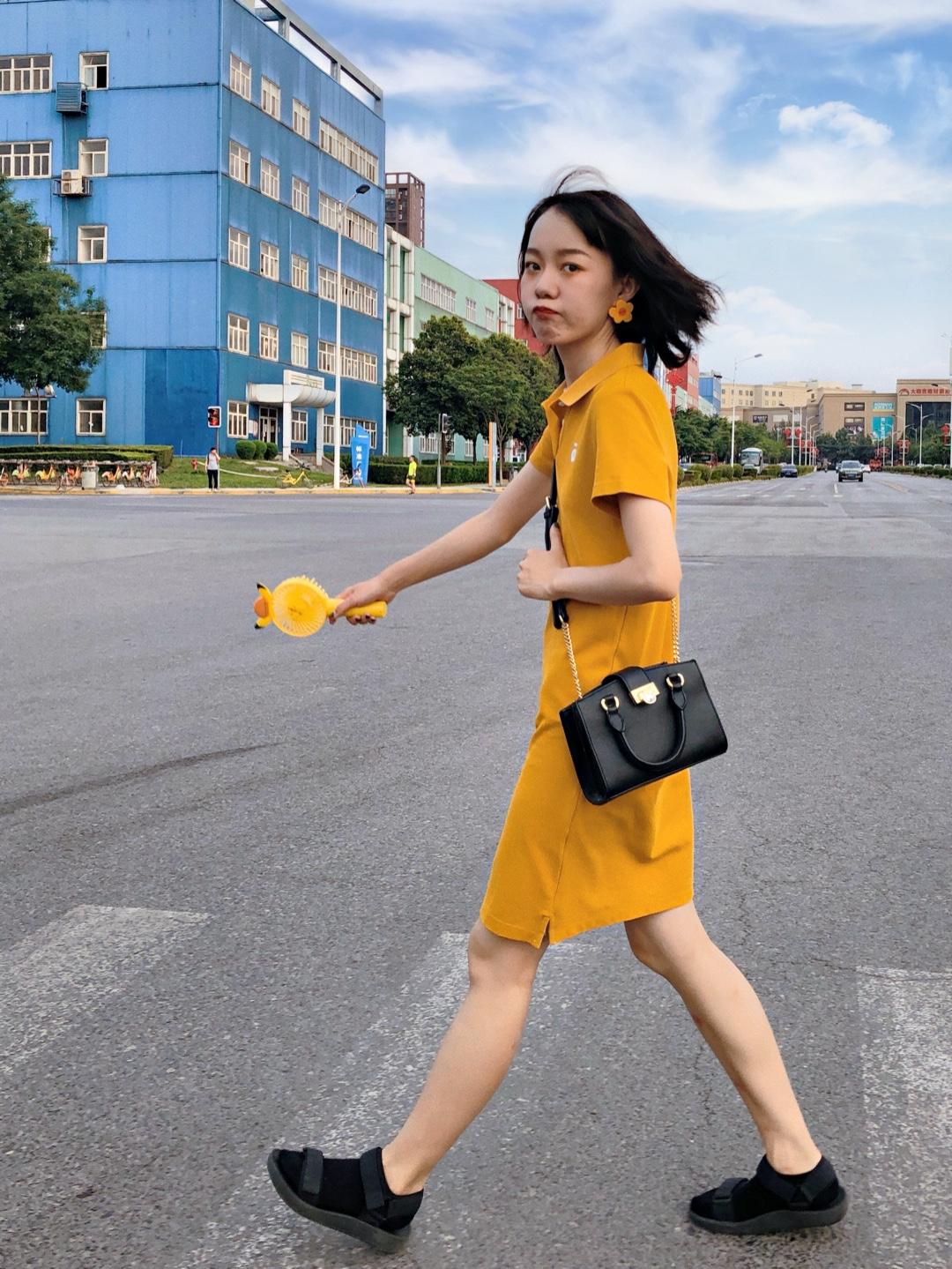 ZhOOTD |  夏日活力出街look 🍦Polo裙原本就是休闲有活力的裙子类型,黄色的颜色又让它的活泼感增加了哦  💛黄色+黑色 耳环是黄色的花花,手里是黄色的小风扇,裙子同体黄色,这样的颜色配黑色或者白色都会很好看哦,我选了黑色的小单肩包,还有脚感超级舒服的优衣库的凉鞋,配上配色的短袜,绝对是方便舒适的夏日出街look ✨最近天气特别热出门带个小风扇真的是必不可少滴!今天天气不太晒所以我没有打伞,但如果天气很热的话真的不要忘记哦,当然还要记得多涂防晒多喝水! #夏日朋友圈实用上镜指南!#