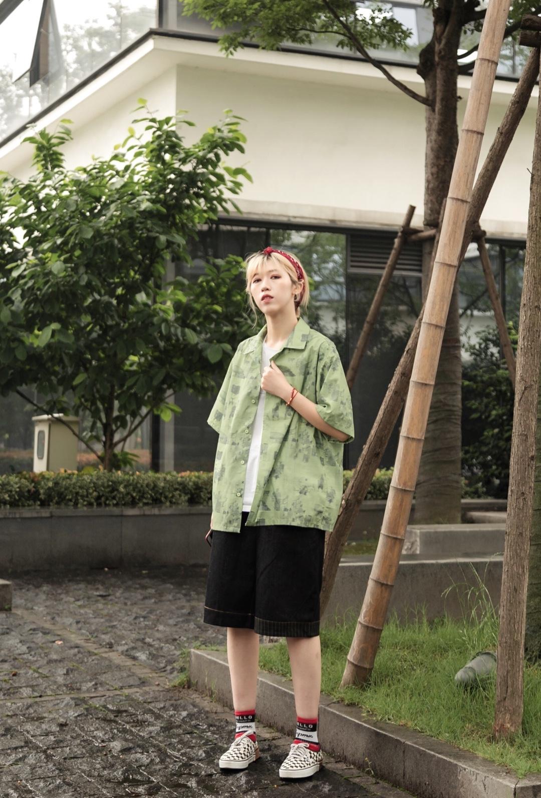 #远离粗腿,遮腿出街利器get# T恤衬衫简直就是夏天必备!单穿外搭都很好看~搭配牛仔五分裤,满满的夏威夷风~显瘦上身也很舒服~超喜欢🤙🏻