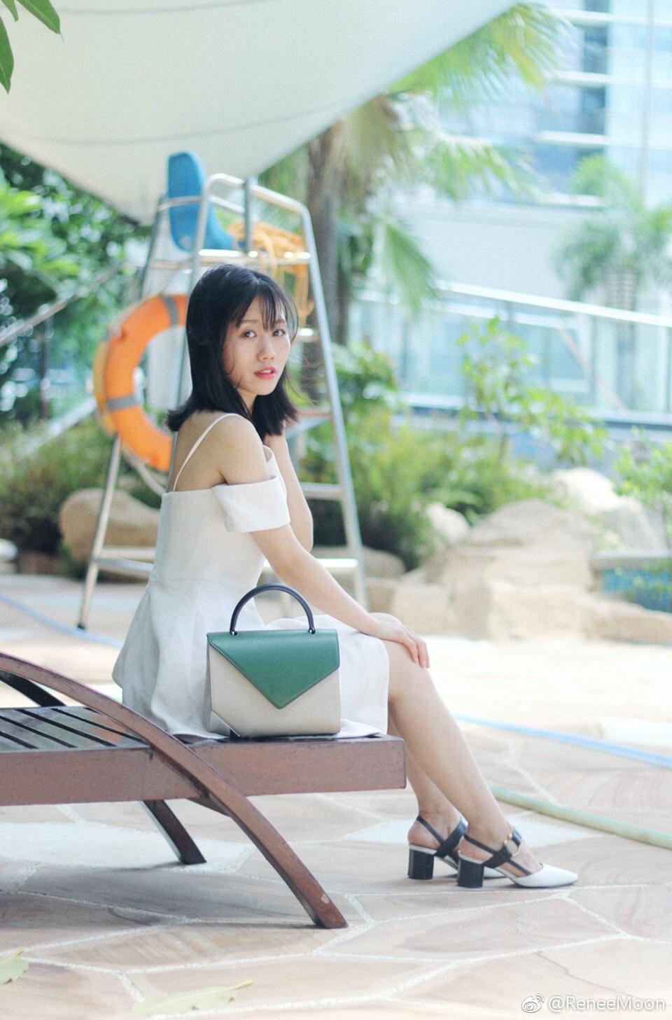 白色、露肩、设计感,构成了今年夏天最爱穿的一条小白裙👗 搭配中跟鞋,优雅的同时也非常好走,特别适合约会;包包的设计特别喜欢,有点小小撞色但又不会太夸张,好像一抹树叶落在夏日白裙上。 #火遍全网的连衣裙,劝你早点买!#