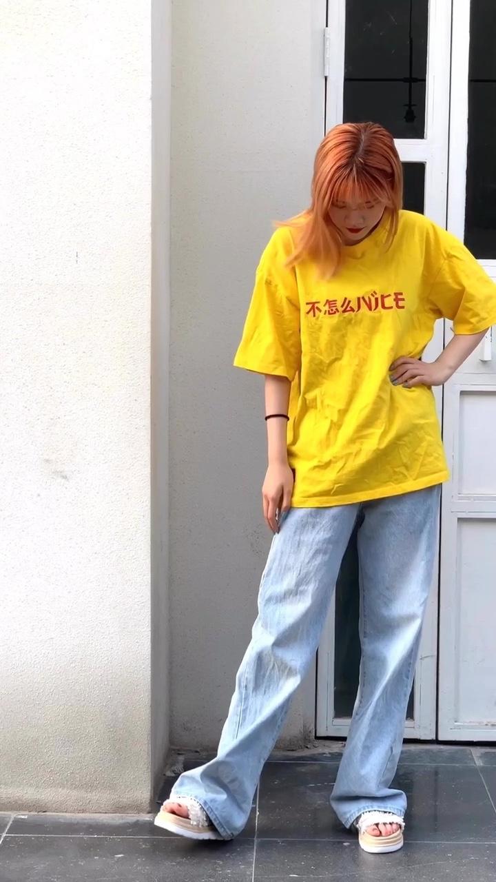 #远离粗腿,遮腿出街利器get# 🌞黄色T恤➕牛仔阔腿裤 💋夏日穿黄色搭配蓝色真的太好看了吧! 🐈黄蓝配真的好显白啊~ 🎉穿上阔腿真的是拥有视觉上的大长腿!根本不p图了呢 💗遮肉杠杠滴^_^腿粗女孩快看过来! 😁真的很nice!