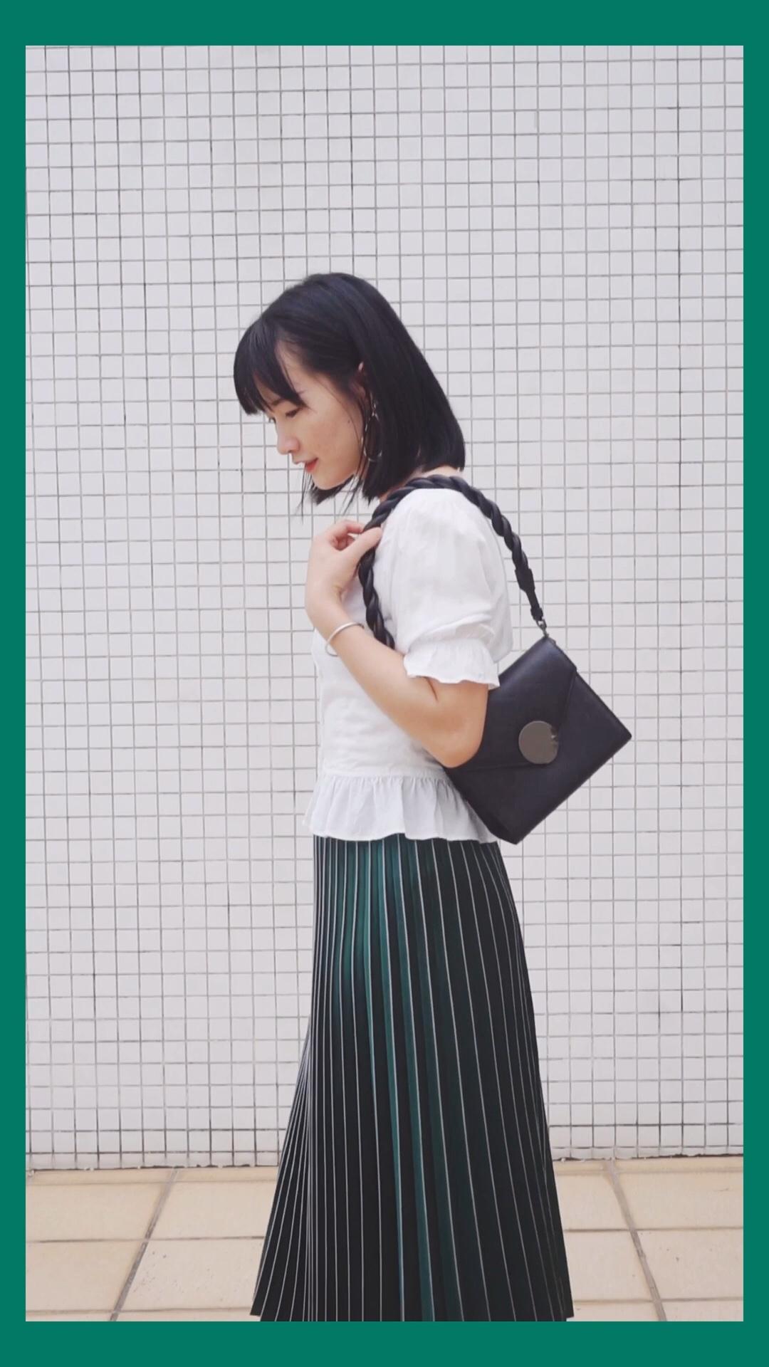 #夏日显白穿搭,完胜美白针!#   绿色百褶裙 很是气质 大裙摆什么身材都能驾驭 搭配了修身小短袖 袖口细节很可爱 衣服下摆的处理能很好的修饰腰身 硬币项链点缀的恰到好处