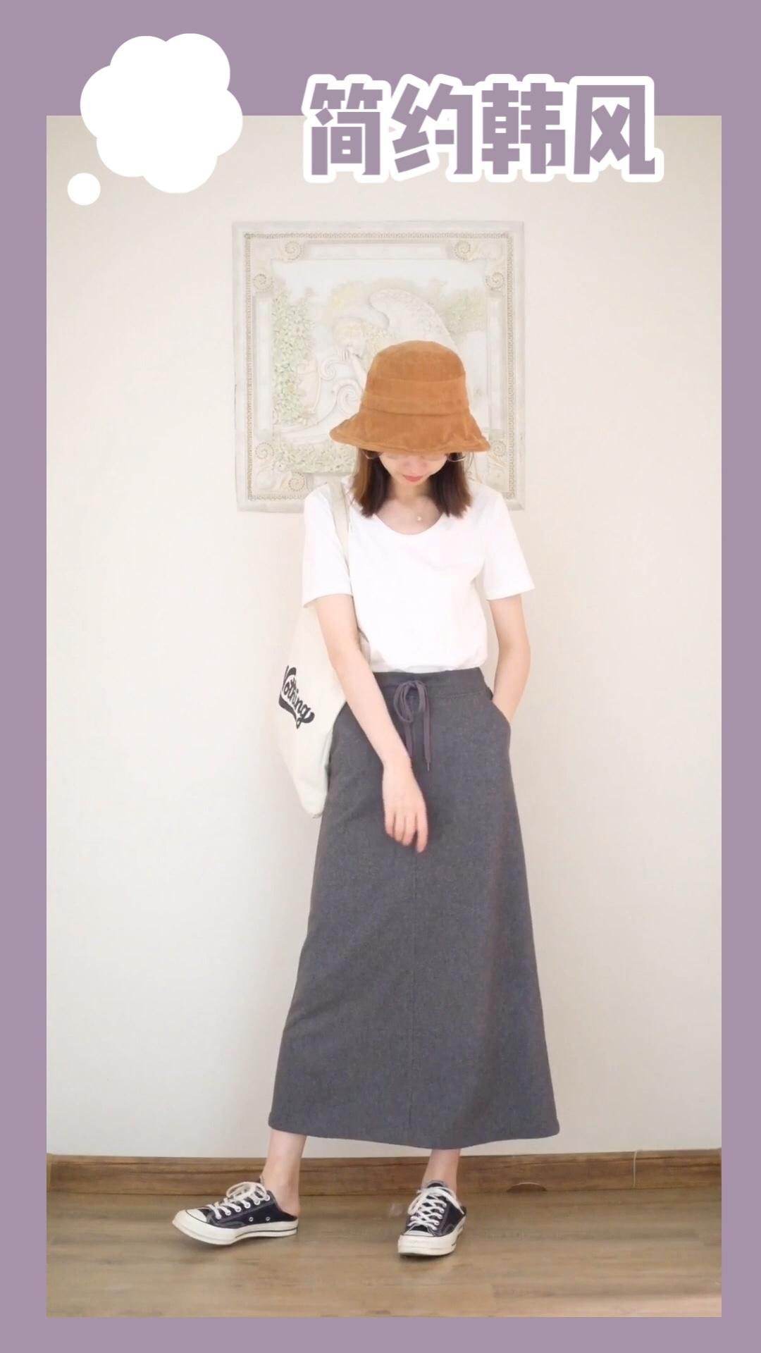 #韩系网红风,也太太太好看了!# 🍧小毯穿什么 简单白T搭配灰色运动长裙,简单又时髦 搭配渔夫帽和帆布鞋,更加韩系 背个帆布包,15s出街完全Ok