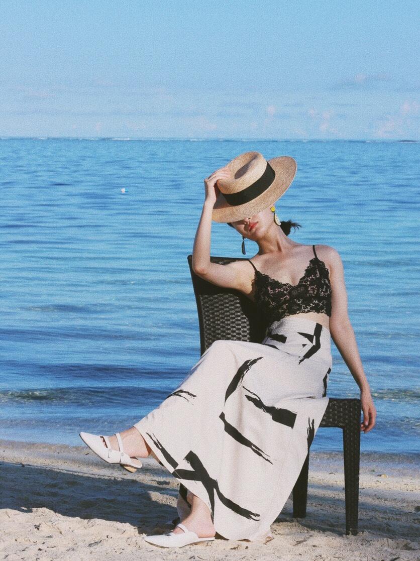 海岛度假最佳拍照姿势解锁🔓 五月最后一周去了趟塞班,海岛真的是分分钟出大片!阳光自带滤镜,随便走在酒店边的沙滩咔咔几张就很高级⛱️ 1⃣️拿了把椅子当道具,翘起二郎腿 2⃣️走在海边,然后回头,眼神一定要定住!!否则很涣散 3⃣️叉腰,眼睛看别处,随意一点 4⃣️用草帽挡脸  💃这次没有选择常规的印花floral print连衣裙老实说,每次海岛度假风太容易撞衫,索性自己搭一些平时不太敢穿上街的衣服,大胆裸露肌肤! 上衣是蕾丝bra,内衣店一般都能买到,这一件里面不用穿bra了,有一点棉打底,不会露。 👗下装就是普通的大摆裙,echappee一个小众的摩纳哥品牌,是一个以度假为主的牌子,有很多好看的裙子,又浪漫又自由,一定要走动起来!在海边风吹起时格外好看 👠选择了稍微有点跟儿,但超好走的MarieClaire 是一个法国的鞋履品牌,他们家最有名的就是玛丽珍尖头鞋,有一种名媛法式的轻松自在,是一种随性chic的态度。#夏日就该性感一下,考虑考虑~#