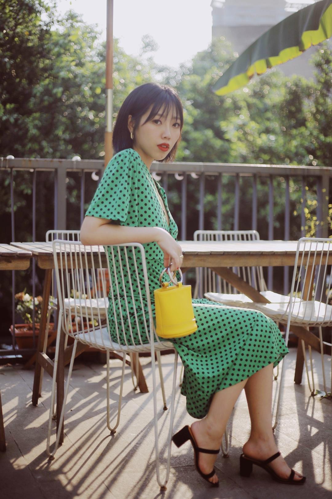💚依然是绿色look💚 春日里爱上了黄色 夏季里对绿色情有独钟 来自ZARA的连衣裙,个人还比较喜欢这个版型,搭配了黄色小只,点睛之笔。 #今夏C位:马卡龙色承包了!#