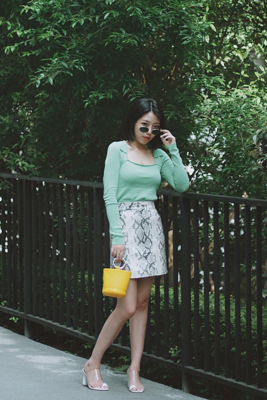 💚这个夏天独爱绿色💚 最近发现自己绿色单品特别多,不知不觉的就中了绿色的毒,哈哈哈哈。 这款针织衫特别喜欢,非常有设计感,而且修身的剪裁很凸显身材。蛇皮裙子狂野中有点清新的气息,和绿色搭配起来综合了性感,让整体变得柔和。 你们觉得这身look给几分?#上短下长,腿长一米八!#