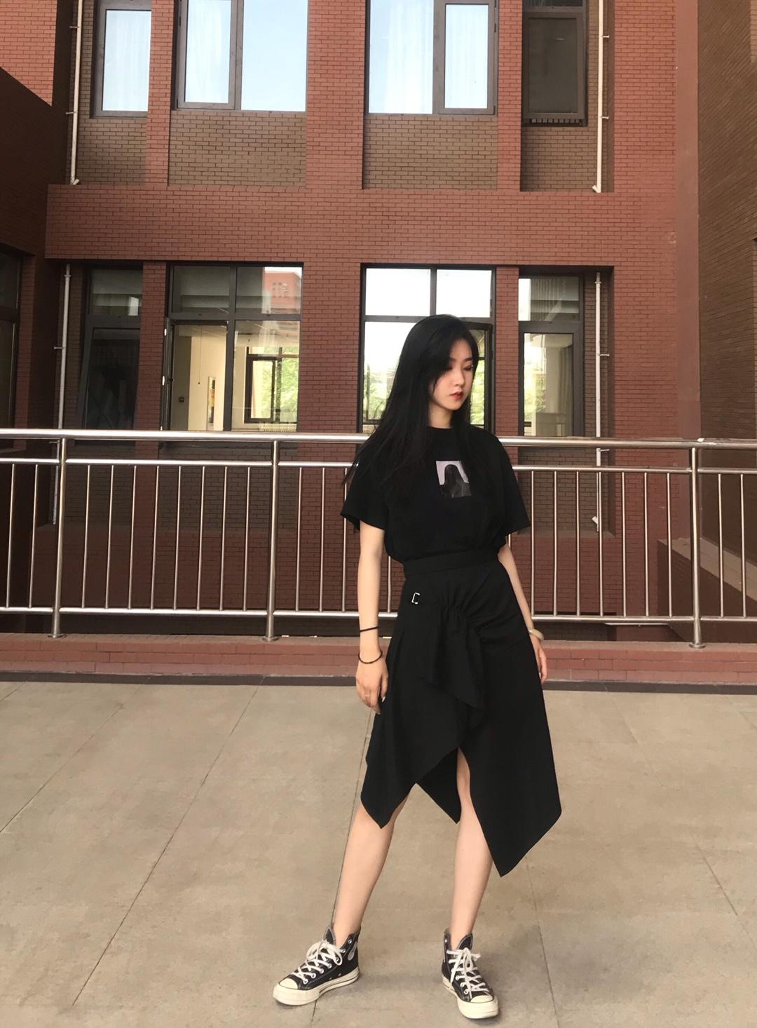 #夏日显白穿搭,完胜美白针!#  黑色真的是最显白的颜色了👍 着一身搭配很酷很有腔调。 整体风格是比较暗黑的酷女孩儿 上衣的印花很独特,很有风格。比较简约。搭配不规则设计感超强的半身裙!超🆒 完爆路人穿搭~ 这条半裙真的超显瘦了!安利