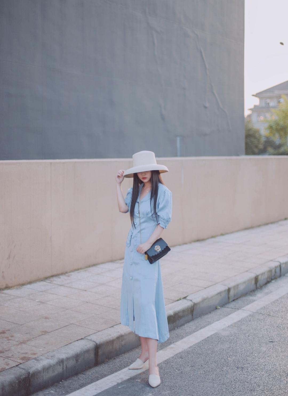 #夏日亮色系怎么穿才好看?# 这条真丝质感的连衣裙,复古味十足呢!珍珠扣加上泡泡袖,也太好看了吧,颜色也是非常高级的蓝色。收腰设计的长裙是最遮肉的~