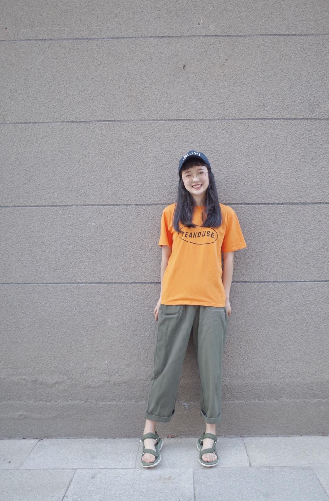 橙色短袖➕军绿工装裤➕凉鞋➕棒球帽的搭配~  🍊橘子汽水的香味飘在空气中~这个颜色很显白,比较元气。搭配绿色工装裤,男孩子感。凉鞋的颜色和裤子颜色一致,戴上棒球帽不怕晒!  #今夏最爆t恤长什么样#