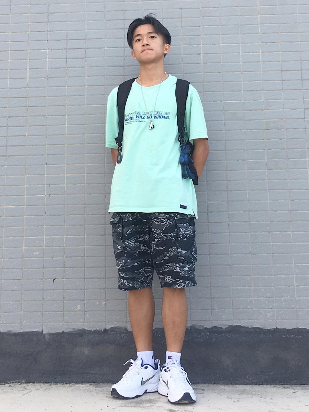 小z的日常穿搭分享 👔:薄荷绿简约印花t桖 👖:黑色迷彩五分短裤 👟:nike air monarch四代白蓝配色 一组休闲的街头风全身穿搭一look,薄荷绿短袖非常适合夏天,出街的亮眼性很高,和黑色迷彩五分短裤搭配起来非常合适,鞋子的选择是nike老爹鞋,白蓝配色很完美,上脚舒适度也很高#夏日霸屏T恤就买这几件!#