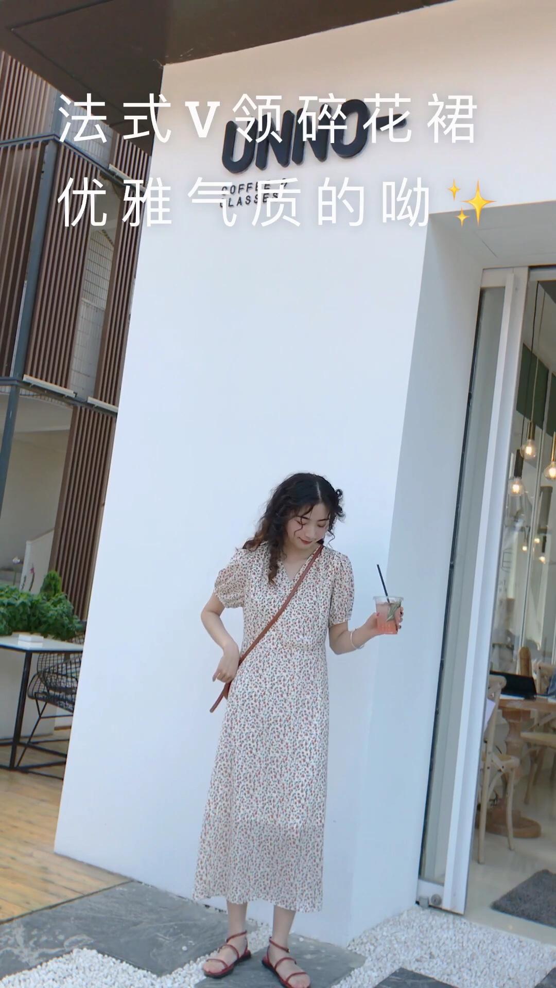 #夏天要做嫩黄色的太阳花女孩# 这个碎花连衣裙的花色真的很特别 好看的不行!是我今年很喜欢的一款连衣裙 v领的设计很有气质,袖子也是灯笼袖的设计 很nice,裙子整体会很显瘦 腰围可以系带,温柔好看~ 搭配一字凉鞋和小棕包,清新出街!
