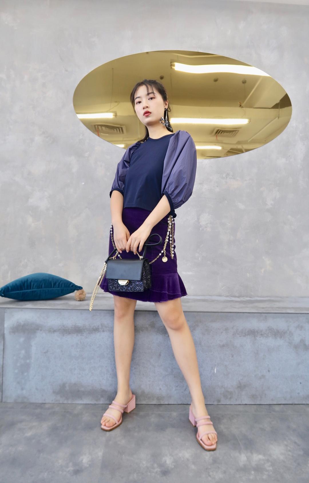 #偷师网红!小个子夏日这样穿# 好韩的一套look 紫色系相当亮眼 化身有钱人家的腹黑千金 灯笼袖设计感很强 超级能遮肉 最爱短裙的灯芯绒面料 相当舒服特别哟