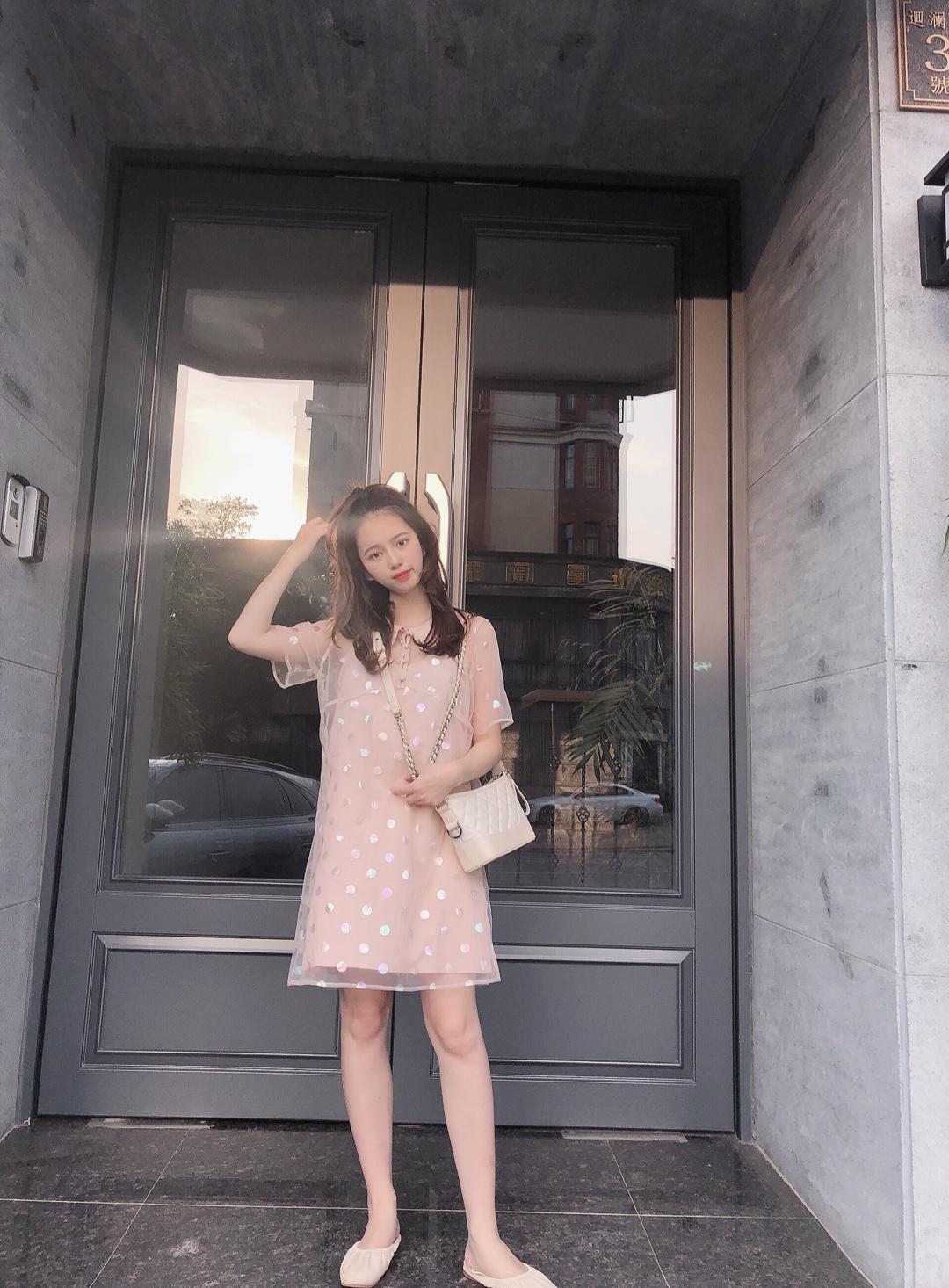 """#好看易学的温柔风穿搭模板!# 这个娃娃领的小裙子也太好看了吧 嫩嫩的橘粉色 像极了夏日恋爱的味道 轻薄纱的外搭面料搭配纯色粉嫩的内搭  给人一种朦胧的青春少女感 美妙的感觉  敲重点!这款的波点纱面料真的很好看!很jing致啊~  人鱼姬色系的波点色系 真的太好看的了  就会阳光下会blingbling的 那种感觉  无法拒绝的""""人间仙女""""bling裙系列"""