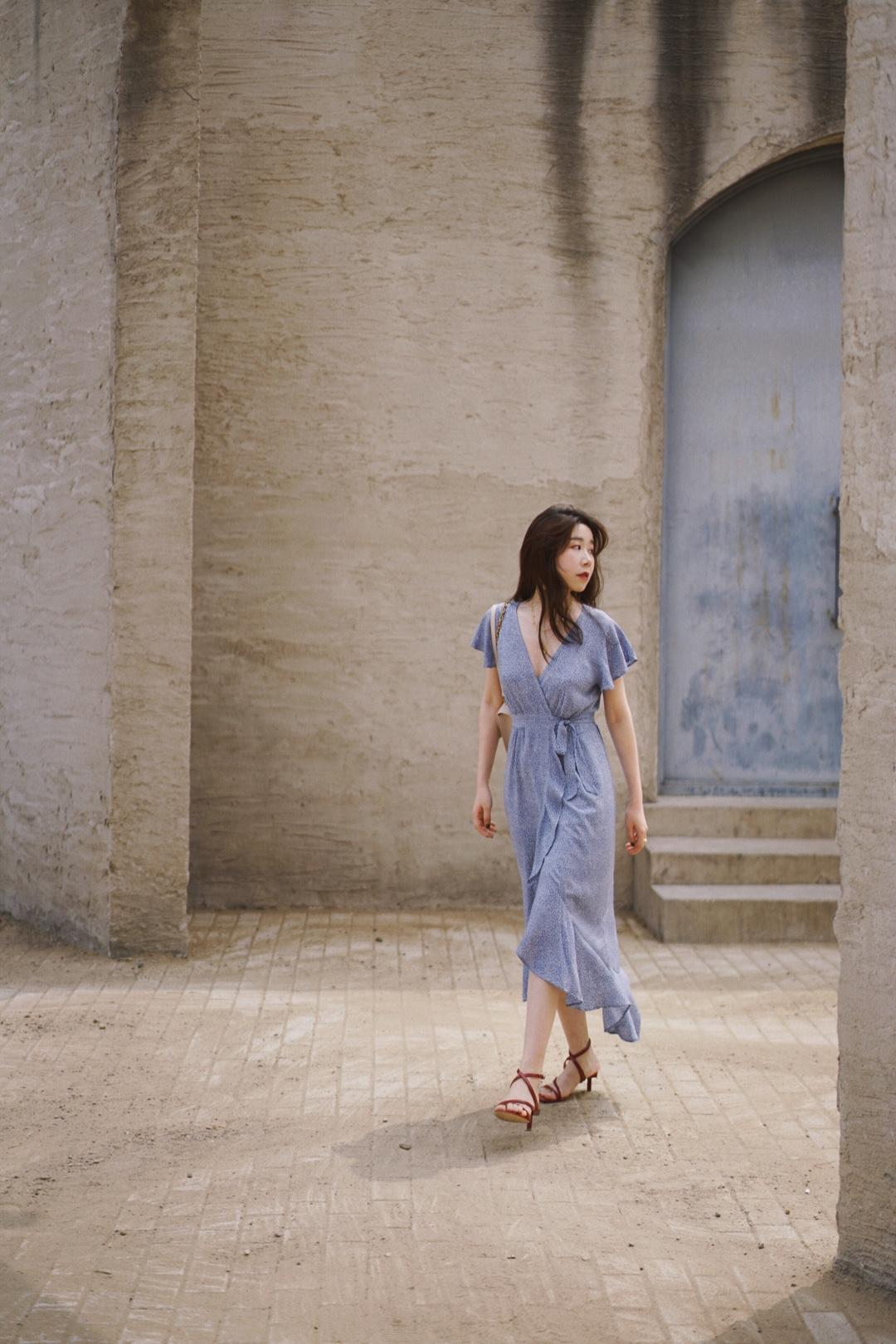 夏日穿搭,浪漫感法式连衣裙选这条。 前段时间去北京一趟,专门穿了好看的连衣裙去了趟中国油画院,果然很好拍~ 温柔感的雾霾蓝色连衣裙上身太好看了,颜色很衬肤色,荷叶边的设计自带浪漫感。 关于包包,米粉色、饱和度低的粉色很耐看好搭配,小方包的款式配金链很有气质。除了日常穿搭之外,也非常适合上班通勤。 凉鞋是带棕调的复古红色,一眼迷人,绑带的设计十分优雅~5.5cm的跟高,高度很合适,好穿好走,还显高。 #好看易学的温柔风穿搭模板!#