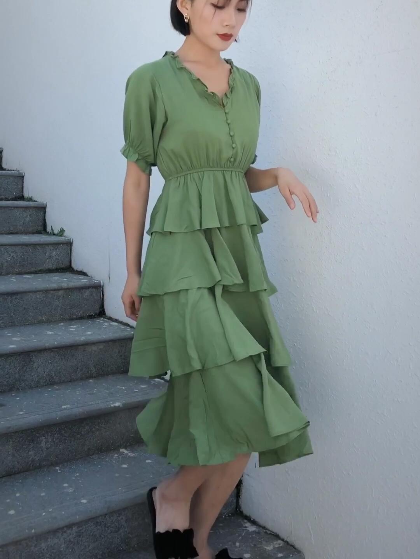 今年醉火的蛋糕裙,自带少女的设计,各个网红店都在出,4层叠式蛋糕裙比较遮肉的,微胖身材完全可以驾驭,中长款的长度,小个子女生也可以驾驭 这条面料柔软,比较有垂度的 缺点就是这个绿色好丑啊!!!!! 黄皮妹子千万别买绿色 只有那种特别特别白的女孩子,才可以被这个绿色衬托出气质哈哈哈#偷师网红!小个子夏日这样穿#