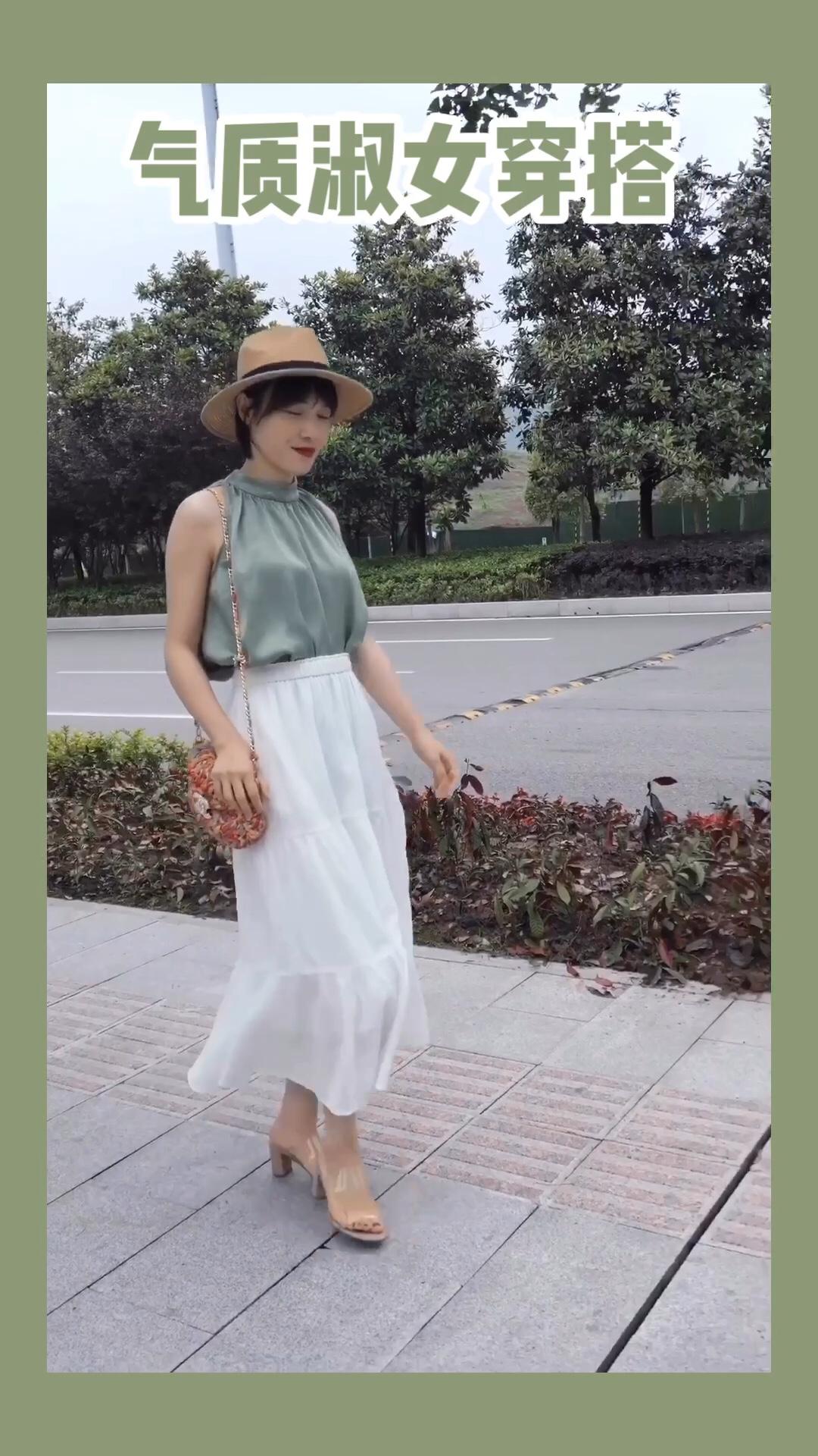 挂脖上衣敲显气质,抹茶色显白又适合夏天,搭配白色长裙,非常温柔气质呢! #高温预警!清凉套装不穿不行#