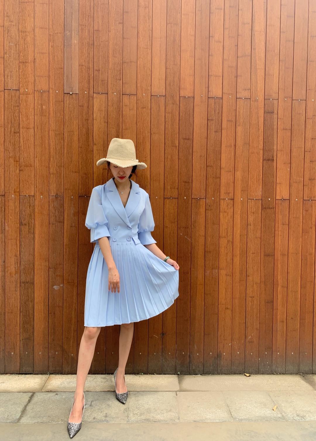 今日推荐💙 水蓝色的裙子,好美呀。🍡 这件衣服又淑女,又带一些职业女性的干练。🧩 穿上立马就是一个美美的仙女🍭 搭上一双亮晶晶的高跟鞋。🍢 再搭一个帽子。🍒 这样就可以美美出街了。🍓 显高,显瘦。💫🌙🌟✨⚡️⭐️🌈#显高显瘦噢~#