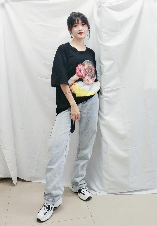 #今夏最爆t恤长什么样# 🌸oversized的甜甜圈图案T恤,帅气可爱 🌸浅色高腰阔腿牛仔长裤,显腿长显高显瘦 🌸搭配复古运动鞋,出门回头率百分百