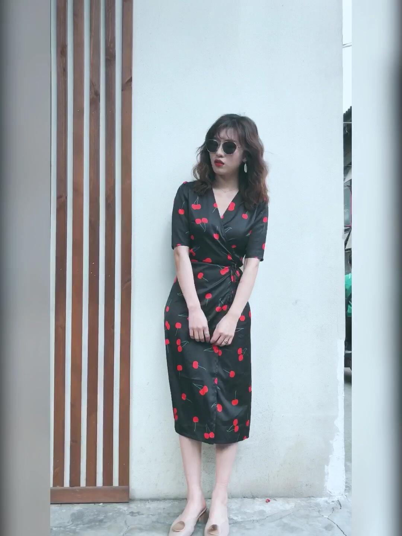 #印花的美,夏天戒不掉!# 妈耶!还有比这更好看的连衣裙么,又显白又有气质,淡淡的轻复古风,韵味十足,关键是贼显瘦,大爱呀