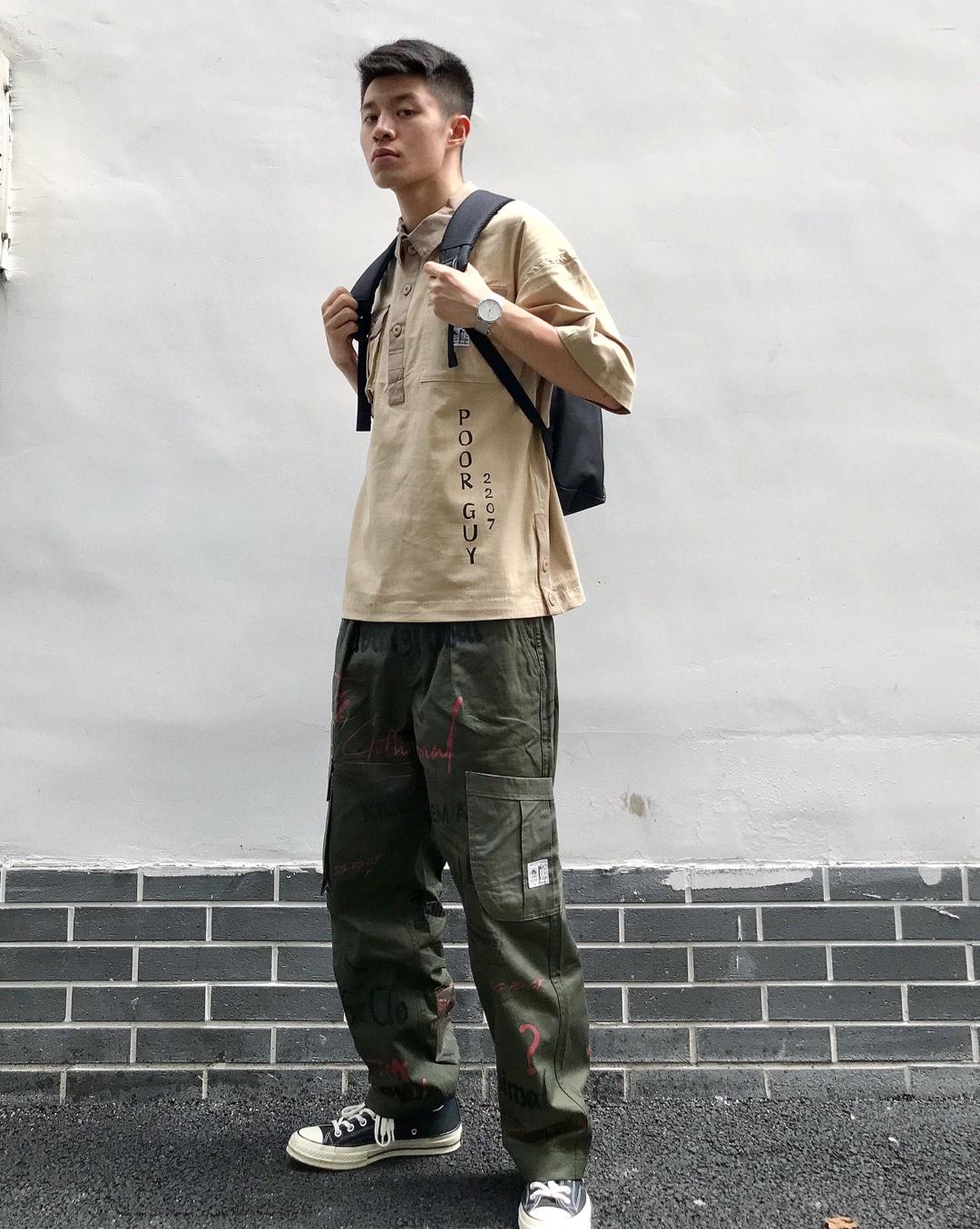 #今夏最爆t恤长什么样# 这一套还是蛮工装的,卡其色的polo衫加军绿色的工装长裤,比较喜欢裤子上的涂鸦,哈哈哈,还挺有个性,再来一个双肩包,奶思