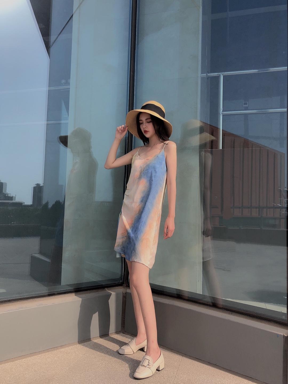 入夏好天气就要穿吊带裙呀! 水墨渲染印花元素加上抽皱设计 超级别致 漏出锁骨才能撩倒众生! 搭配草编帽 度假去! #入夏好天气,穿成假装在度假#