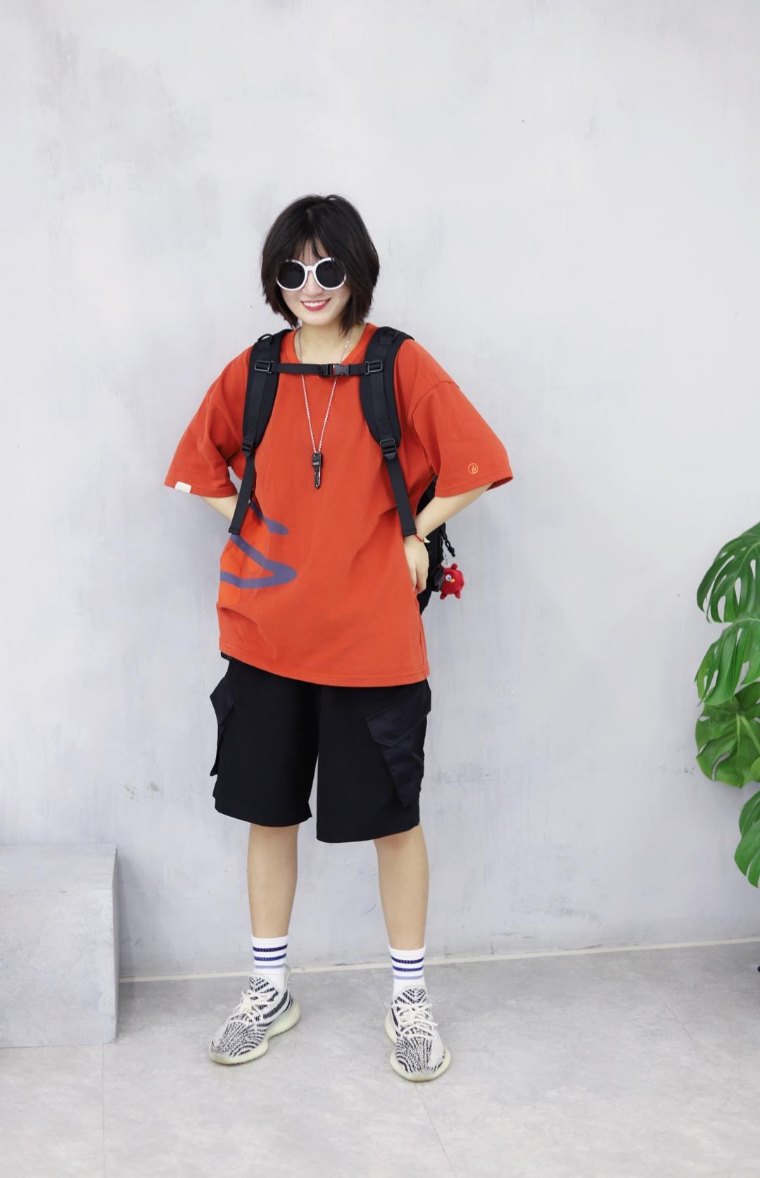 上身是一件砖红色印花短袖 超级好看好穿的短袖啦很显白 下身是一条黑色工装中裤 搭配一双yeezy350白斑马 戴上一副白色的墨镜 背上一个黑色的书包 这样一身就很减龄啦 #今夏最爆t恤长什么样#