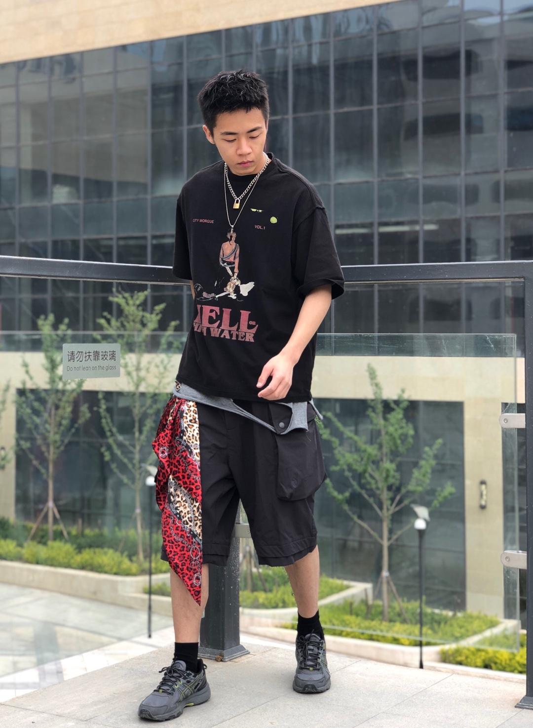 上衣:7SHIFT 打底:GLOWING STUDIO 裤子:WhoseTrap 鞋子Asics  黑色对于春夏也是一个比较适合的颜色,不是很亮眼但也不至于平淡,给人较为清新舒适的观者体验,那么索性也搭配简单宽松的短裤,通过上衣将二者分隔开,腰间的方巾算是一个punchline,和上衣的黑红色相同色系但颜色上更加张扬。#偷师网红!小个子夏日这样穿#