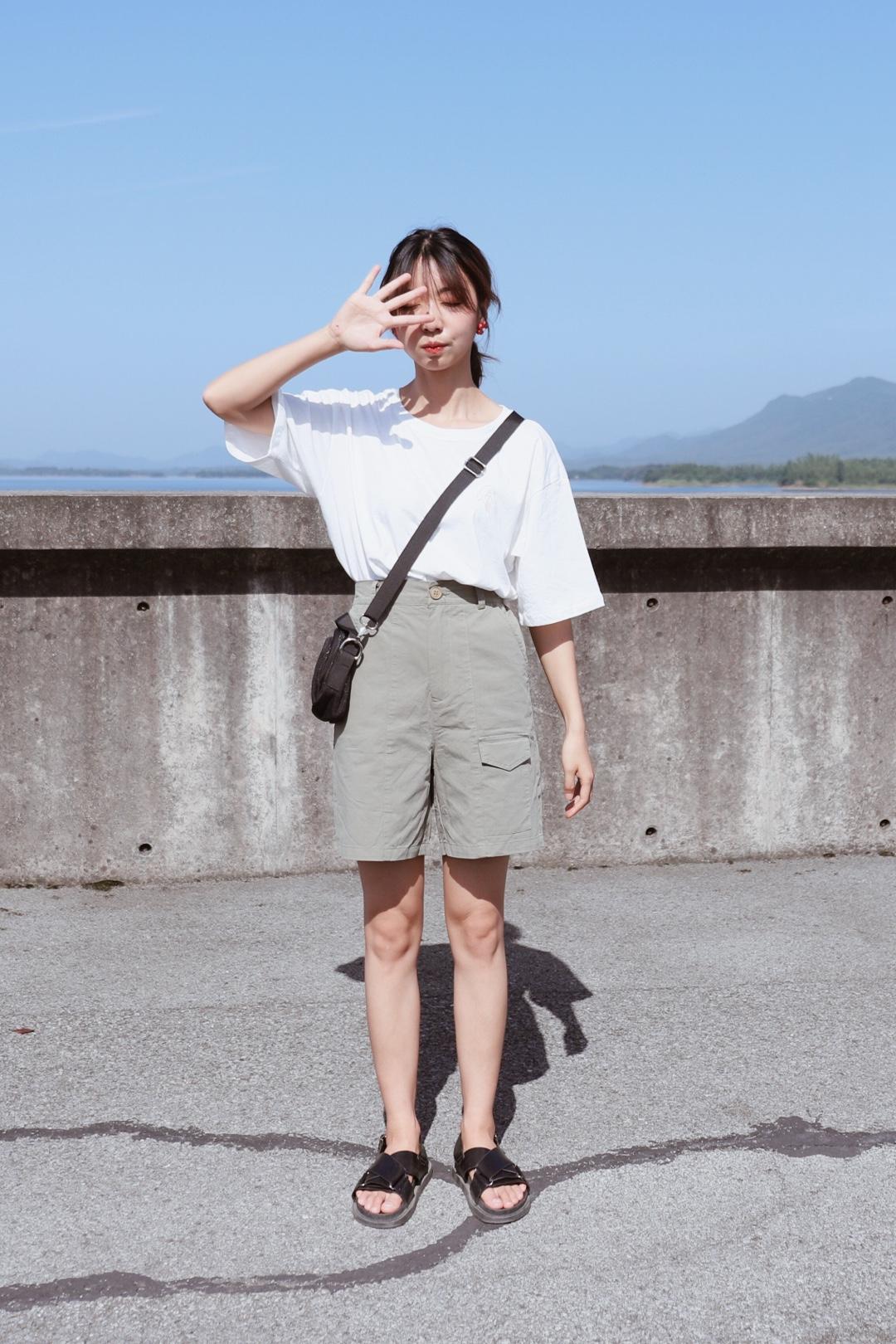 #六一约会不能缺の少女感穿搭#  Hello大家好,这里是大鱼穿搭测评第968期,这一期和大家分享的是短袖穿搭。  .「身高163cm.  体重43kg」,给大家参考下。  🌻白色图案短袖,纯棉宽松款,圆领常规版型,百搭,裤子是比较工装的五分裤,军绿色也是比较酷酷的,减龄显瘦,棉质,试穿S码合身。  ✌️喜欢记得给我点赞留言哦!!