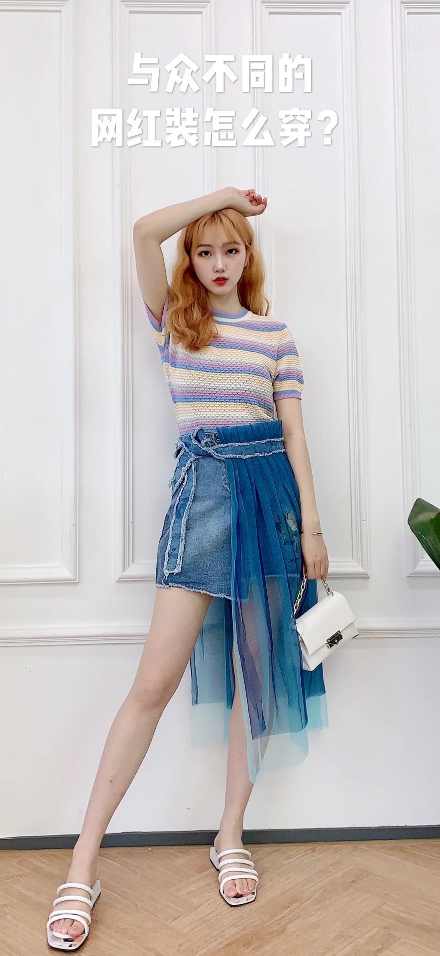 #蘑菇街新品测评# 这身look真的是超级甜美! 首先上衣是非常火的彩虹色条纹短上衣 非常显身材 搭配上一条别致的牛仔纱裙 裙子上的腰带上戴着蓝色的纱 有一种隐隐约约的美感~