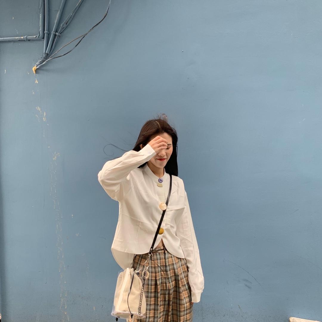 今日look #好看易学的温柔风穿搭模板!# 白衬衫是衣柜里一定要有的 这一件可以可以俏皮可以清新 也可以穿出小众的感觉 白衬衫也是万年百搭的时尚单品 什么风格的PLMM都可以驾驭的 这件衬衫是比较有特色的 尤其是扣子我觉得超级可爱 扣子是贝壳扣 也是这件衣服的zhonggong!的地方 每一个贝壳扣都有一点点的光泽感