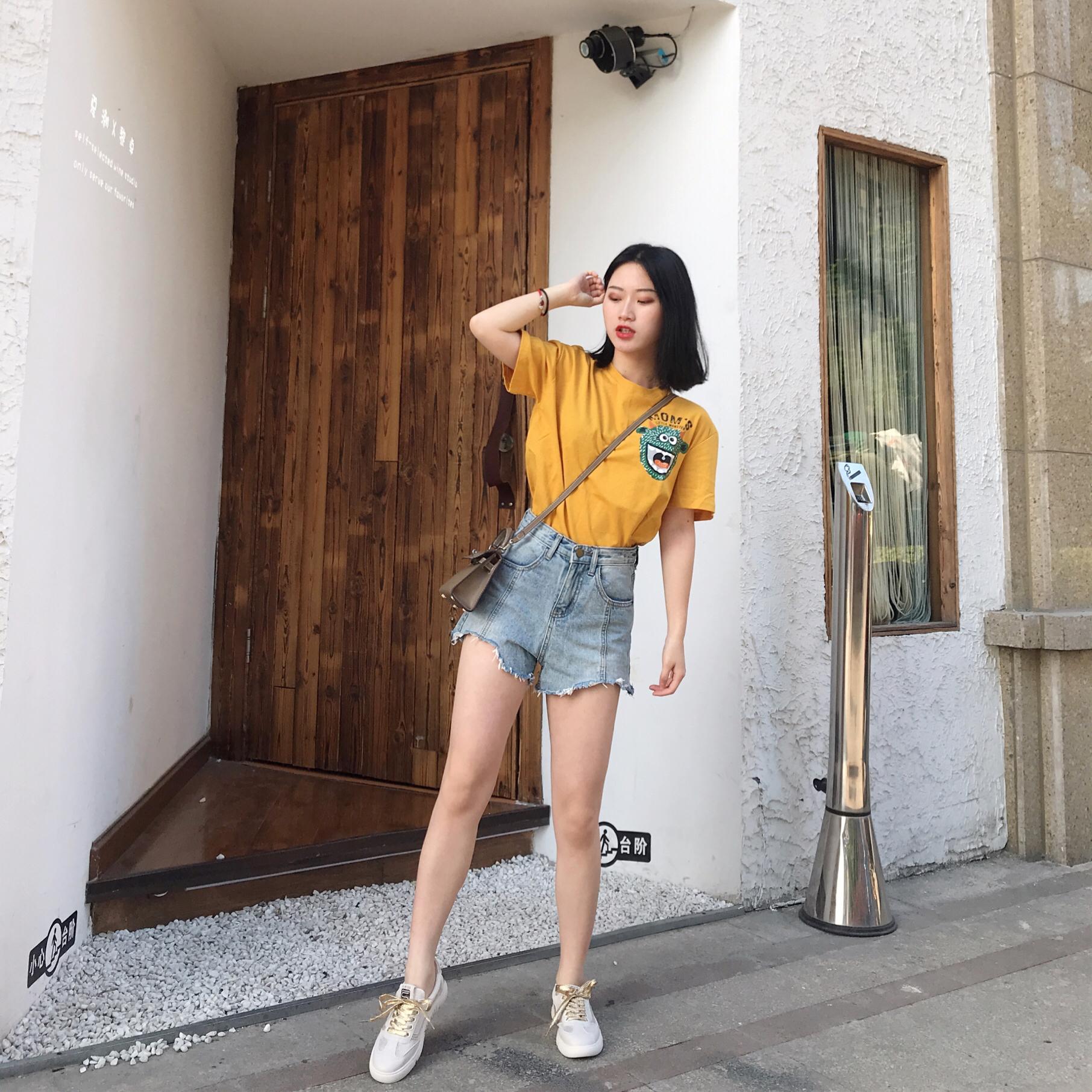 #今夏最爆t恤长什么样# 黄色可爱t恤+做旧牛仔短裤 休闲又减龄的一套look 黄色就是能让人眼前一亮又散发青春活力的气息~