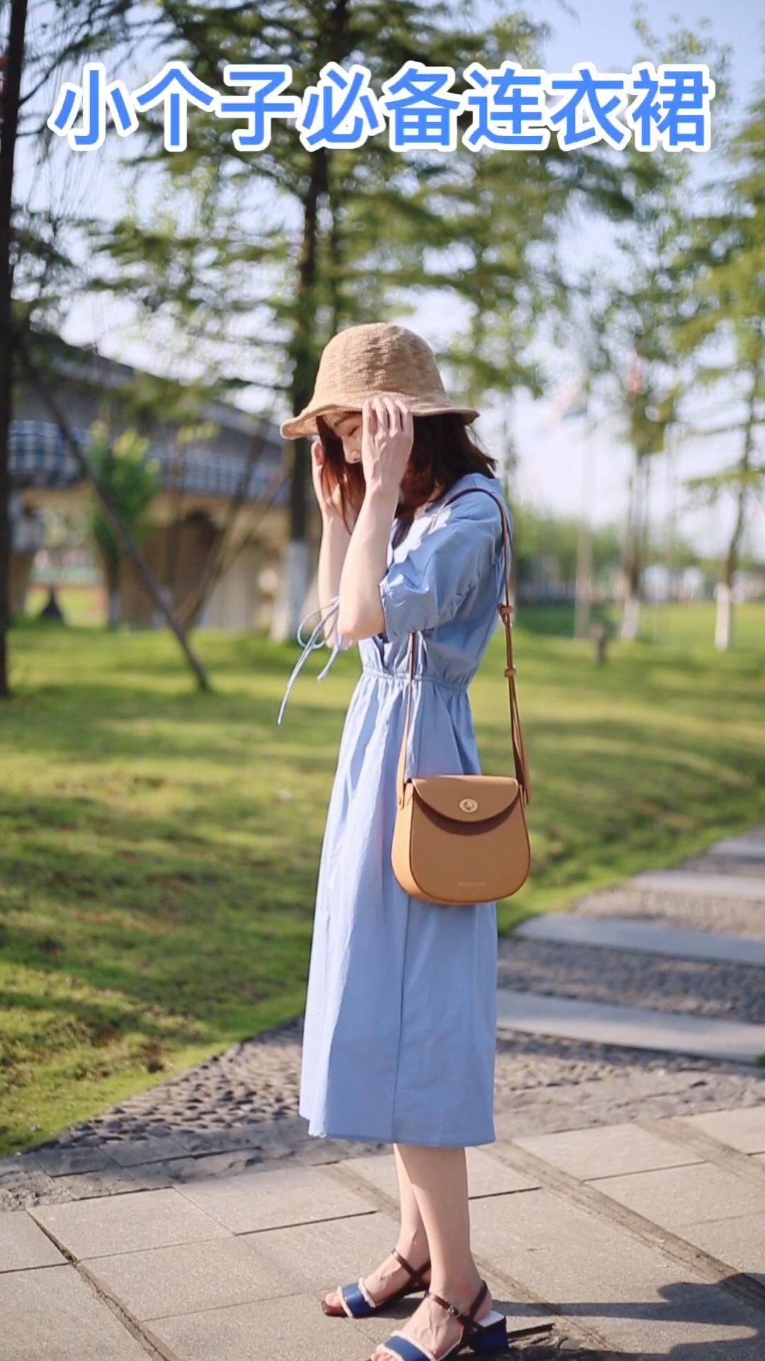 #入夏好天气,穿成假装在度假# 蓝色的法式连衣裙超显白的 也很有设计感 v领显瘦 收腰的设计提高腰线 显瘦妥妥的 蓝色也很清新少女 这个夏天强烈安利啦~