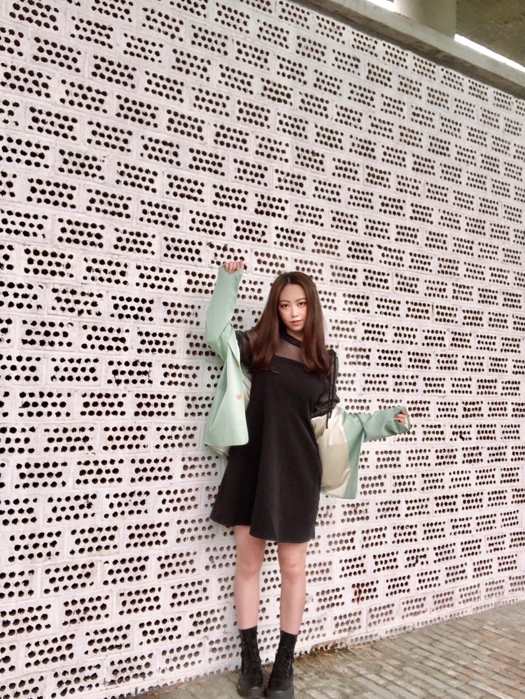 #好看易学的温柔风穿搭模板!# 最近成都又降温了真的好冷 拿出了我喜欢的小黑裙! 裙子是公主袖设计非常减龄 还是带闪的材质 穿起来十分淑女 外套为纯黑搭配增色 一抹绿 是夏天的感觉