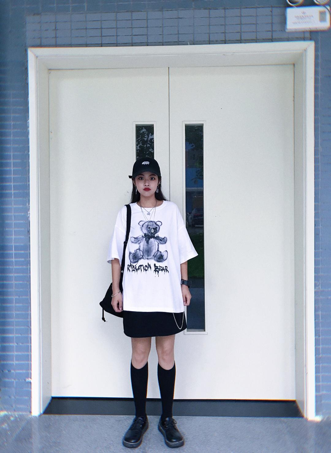 """最近真的很流行小熊t 搭上短裙跟长袜 变身酷女孩噢ꉂ ೭(˵¯̴͒ꇴ¯̴͒˵)౨"""" #六一少女感穿搭,猜猜我几岁?#"""